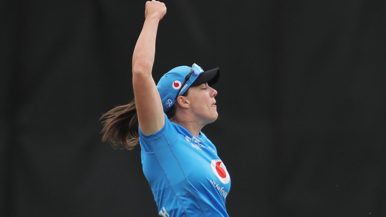 Women's Big Bash League: A special effort in the field sends Amelia Kerr back to the pavilion