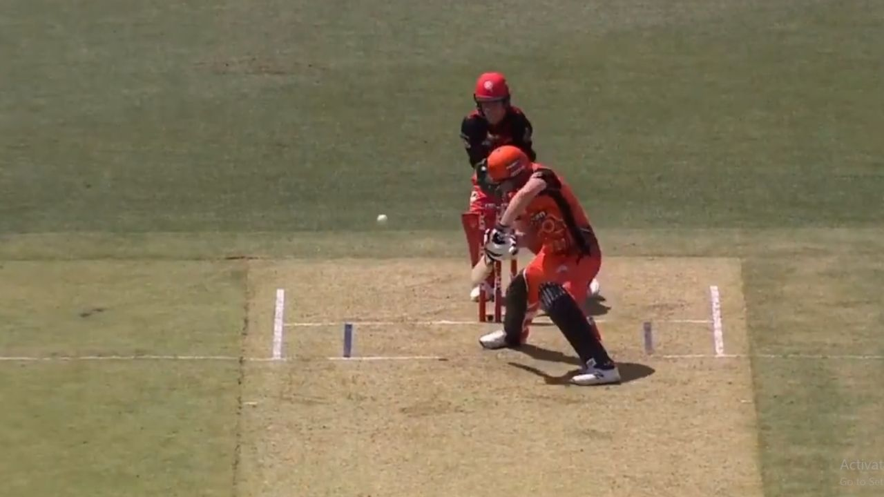 Colin Munro played a very interesting and unique shot in the match against Melbourne Renegades which became the talk of the town.